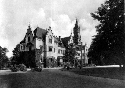 Czarno białe zdjęcie pałacu.