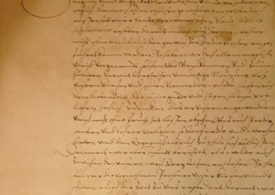 Pożółkły papier z odręcznie napisanym pismem