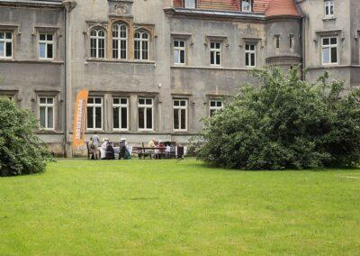 Pałac w nakle Śląskim od frontu, na pierwszym planie trawnik.