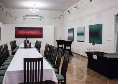 Sala bankietowa z długim stołem i krzesłami.