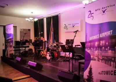 Scena z instrumentami i banerami.