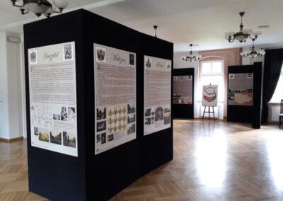 Sala wystawowa z kolumną z planszami.