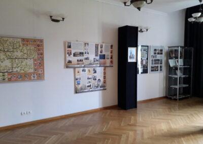 Sala wystawowa, na ścianach plansze.