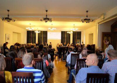 Ludzie słuchający wykładu.