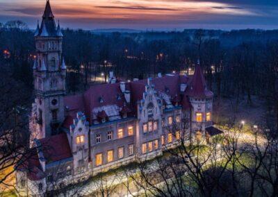 Pałac w Nakle Sląskim na tle zachodzącego słońca