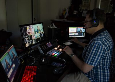 Mężczyzan siedzący przed monitorami w reżyserce.
