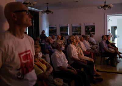 Publiczność słuchająca konceetu.