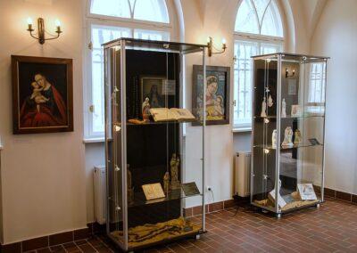 Gabloty wystawowe z eksponatami.