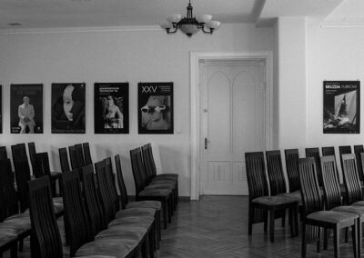Czarno-białe zdjęcie sali koncertowej..