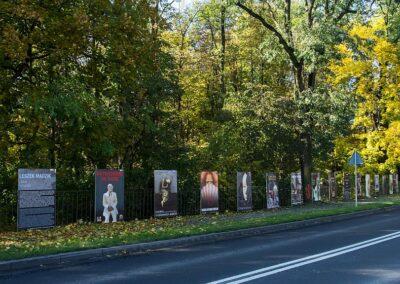 Plakaty na ogrodzeniu.