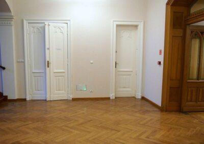 Przesionek. Białe drzwi.