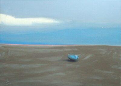 Niebieska łódka na szarej plaży, w tle morze