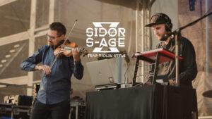 Z lewej mężczyzna grający na skrzypcach, po prawej mężczyzna w czapce z daszkiem grający na instrumencie elektronicznym