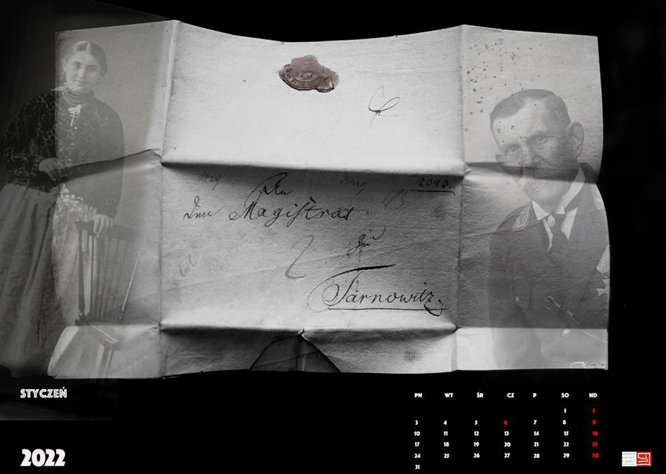 Karktka z kalendarza: czarne tło a na nim rozłożony stary list z odręcznym pismem i pieczęcią z laki. Po prawej stronie zdjęcie mężczyzny.
