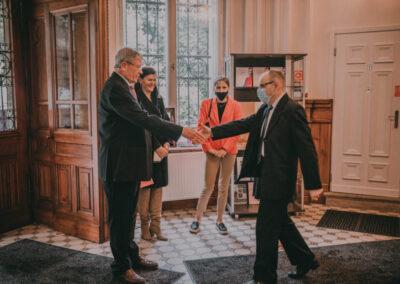 Dr kuzio-Podrucki witający sie uściskiem dłoni z Hrabią Schaffgotschem.