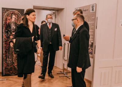 Hrabua wchodzący do sali wystawowej. Z przodu dr Kuzio-Podrucki (z prawej), z lewej kobieta, za którą znajduje się witraż przedtawiający Godulę i małą Joannę Griczik.