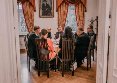 Siedem osób (m.in. hrabia Schaffgotsch, dyrektor Centrum, wicestarosta tarnogórski) siedzący przy okrągłym stole w sali sejfowej.
