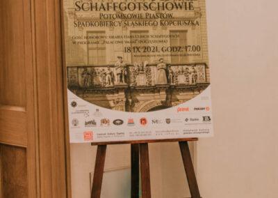 Plakat VIII Sclachecki Weekend - Finał ustawiony na sztaludze przy wejściu do sali koncertowej.