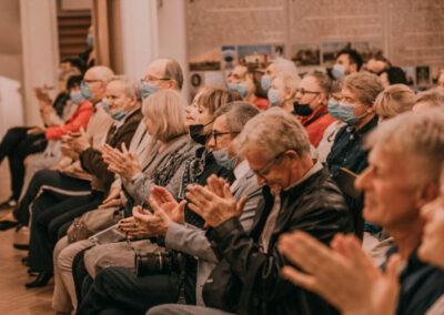 Publiczność oklaskująca przemówienie hrabiego.