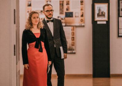 Agmieszka Wiśniewska-Rak i Mateusz Meisenr wchodzący na salę koncertową.