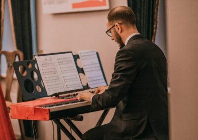 Mateusz Mesner grający na pianinie elektronicznym.