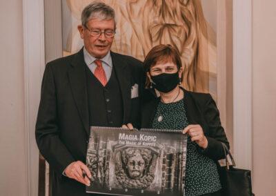 Hrabia Schaffgotsch z kobietą trzymającą kalendarz z napisem Magia Kpoic (ang. The Magic of Koppitz) 2022.