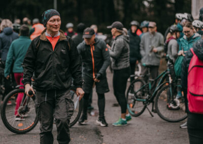 Usmiechnięty dyrektor Centrum, za nim duża grupa ludzi i rowerów.