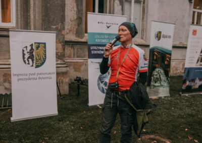 Dyrektor centrum mówiący do mikrofonu. W tle baner znapisem Impreza pod patronatem prezydenta Bytomia, GTL, Bytom, Centrum kultury Śląskiej.