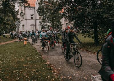 Rowerzyści startują z pod pałacu w Nakle Śląskim.