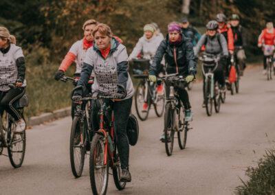 Ludzie jadacy na rowerach droga asfaltową.