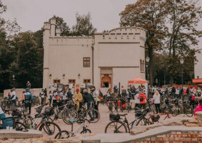 Grupa rowerzystów na tle pałacu w Miechowicach.