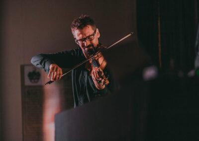 Marcin Sidor grajacy na skrzypcach.