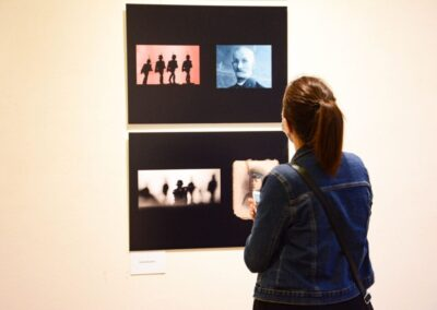 Kobieta w dżinsowej kurtce patrzy na kolaż czterech zdjęć.