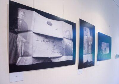 Trzy zdjęcia przedstawiające stare dokumenty na czarnym tle