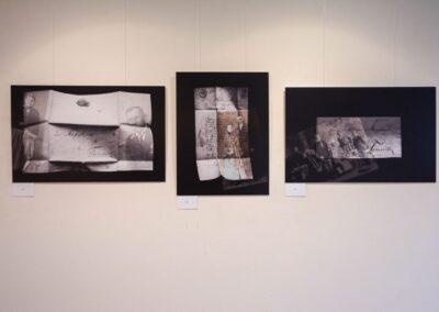 Trzy zdjęcia starych dokumentów na czarnym tle